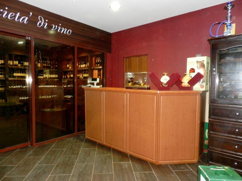 Стойка-ресепшн для продавца в отдел элитных вин