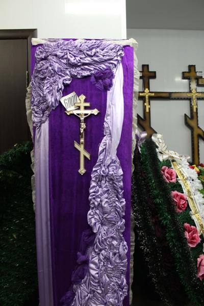 Широкий выбор гробов, венков, крестов, погребальных принадлежностей, одежды для усопших.