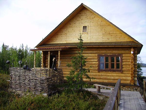 Небольшой рубленый дом