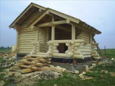 Баня с верандой - сборка сруба завершена