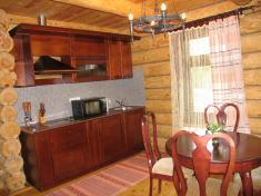 Вариант оформления кухни в небольшом рубленом доме