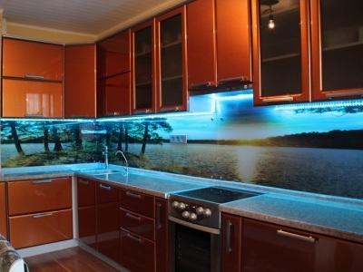 Стеновые панели из стекла в интерьере кухни