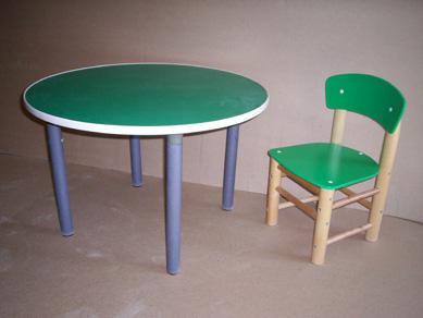 Детские столы с пластиковой окантовкой столешницы.