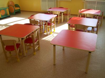 Детский стол с квадратной столешницей