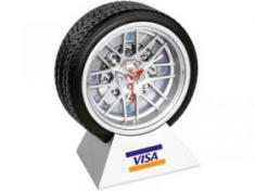 Часы в виде автомобильного колеса на подставке